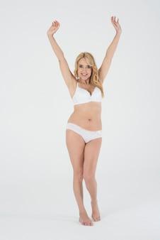 Belle femme en lingerie fière de son corps
