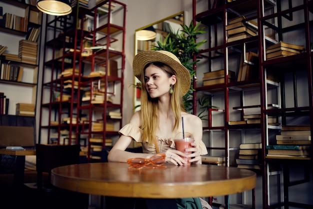 Belle femme lisant un livre dans une récréation de café