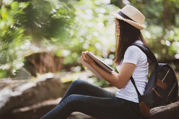Belle femme lisant un livre à la nature