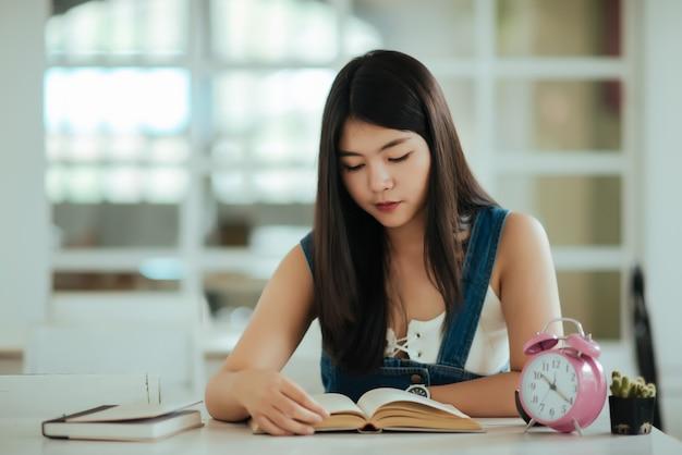 Belle femme avec livre de lecture