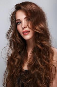 Belle femme avec long cheveux brillant