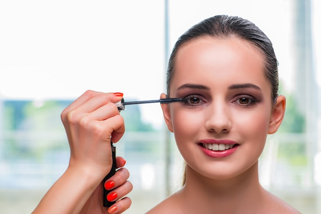 Belle femme lors d'une séance de maquillage