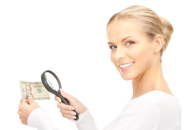 Belle femme avec loupe et argent