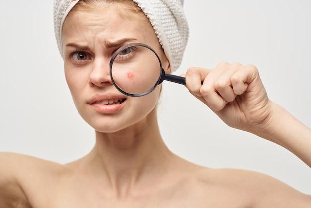 Belle femme avec une loupe dans le traitement d'hygiène des mains. photo de haute qualité
