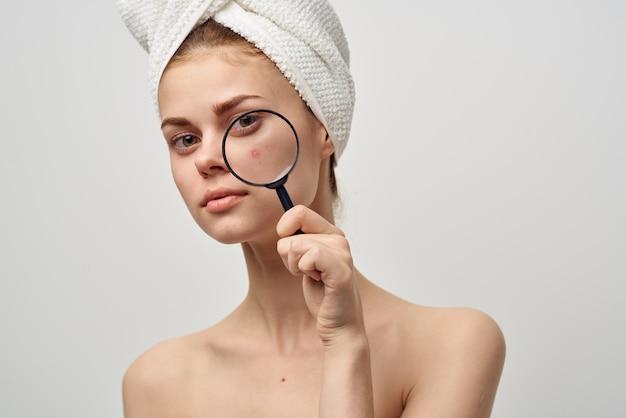 Belle femme avec une loupe dans le traitement d'hygiène des mains