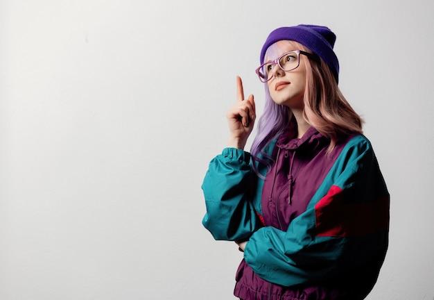 Belle femme à lunettes et combinaison de sport des années 80 sur fond blanc