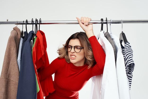 Belle femme avec des lunettes à côté des émotions amusantes de la mode des vêtements