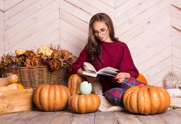 Belle femme à lunettes lit un livre