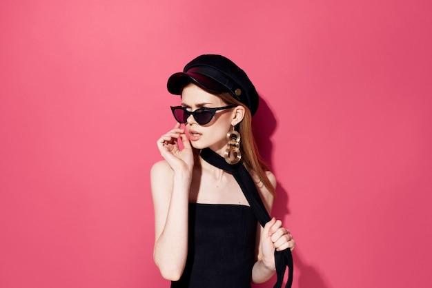 Belle femme en lunettes noires charme studio décoration accessoires modèle fond isolé. photo de haute qualité