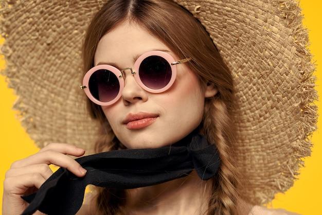 Belle femme lunettes de soleil chapeau de plage gros plan