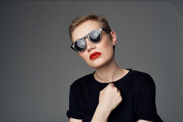 Belle femme avec des lunettes de soleil mode fond isolé