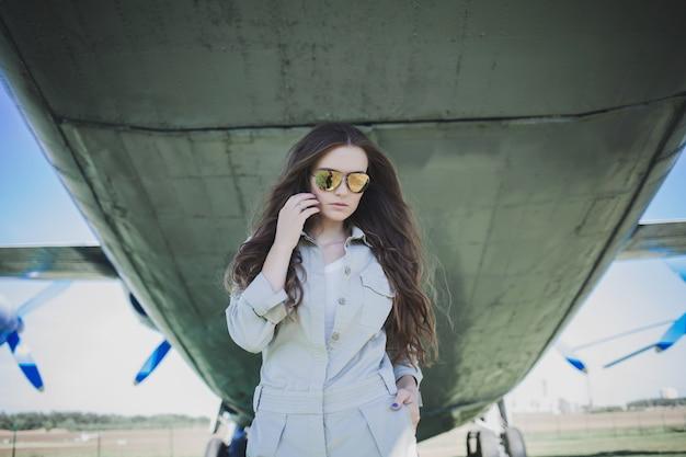 Belle femme à lunettes de soleil