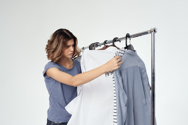 Belle femme magasin de vêtements acheteur vente fond clair. photo de haute qualité
