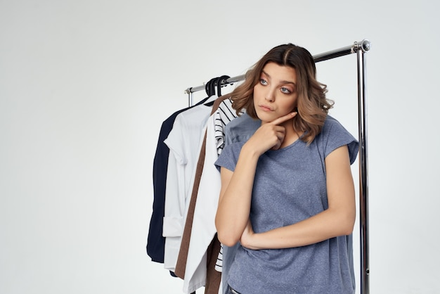 Belle femme magasin de vêtements acheteur vente fond clair
