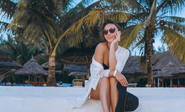 Belle femme en maillot de bain au bord de l'océan