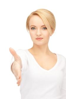 Belle femme avec une main ouverte prête pour la poignée de main