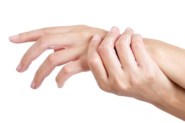 Belle femme mains relaxantes avec application de lotion sur la main isolé sur fond blanc