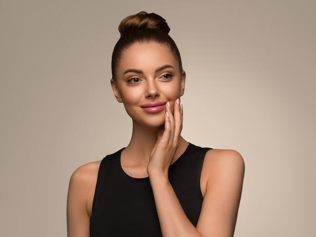 Belle femme avec les mains robe noire coiffure bob classique sur fond de couleur marron