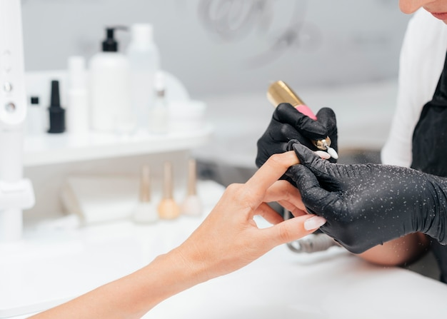 Belle femme mains salon