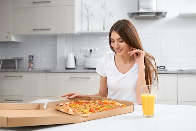 Belle femme mangeant de délicieuses pizzas