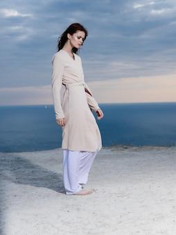 Belle femme en manteau de sable voyage modèle d'été