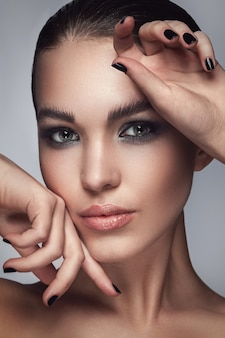 Belle femme avec un maquillage élégant