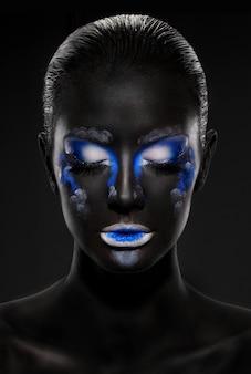 Belle femme avec un maquillage intéressant