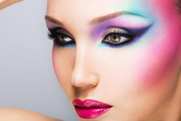 Belle femme avec maquillage lumineux de mode des yeux et des lèvres rouges sexy