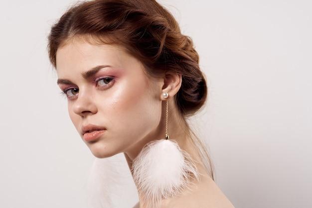 Belle femme maquillage lumineux peau propre épaules nues sourire glamour