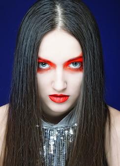 Belle femme avec un maquillage lumineux