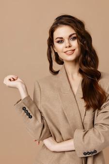 Belle femme maquillage manteau mode glamour studio