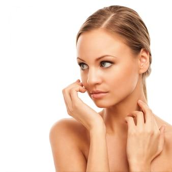 Belle femme avec maquillage naturel