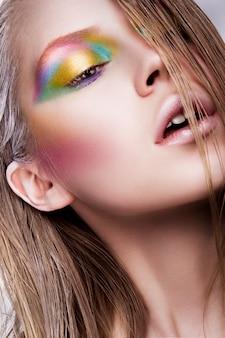 Belle femme avec un maquillage professionnel