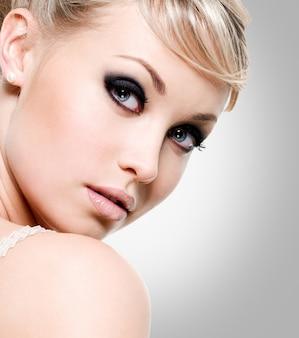 Belle femme avec le maquillage des yeux de style.