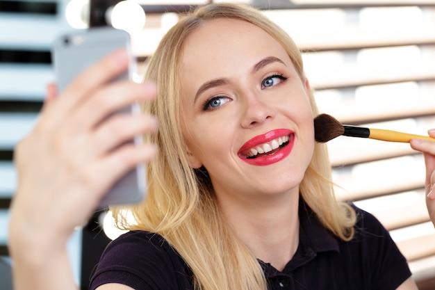 Belle femme maquillant le soir