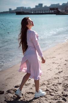 Belle femme marchant sur la plage