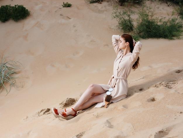 Belle femme marche le long du style élégant des tropiques de sable de la plage