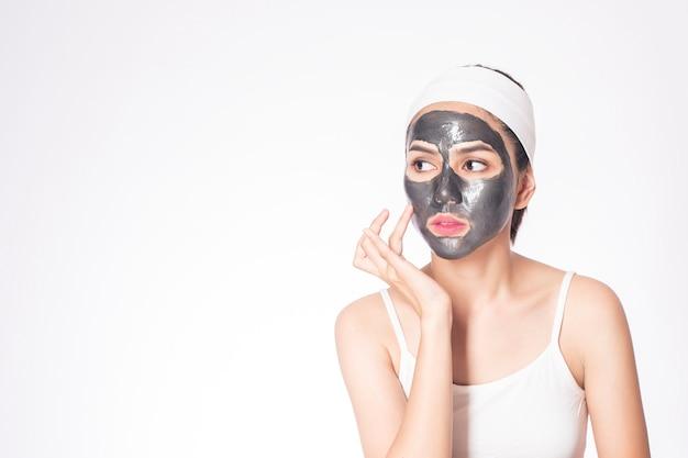 Belle femme masquant son visage sur fond blanc