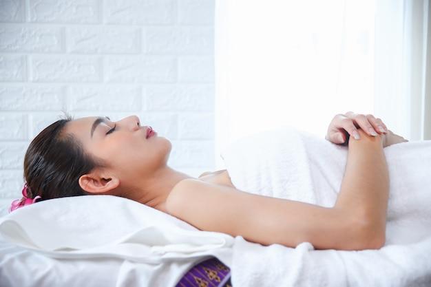 Belle femme avec massage spa