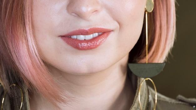 Belle femme méconnaissable souriante