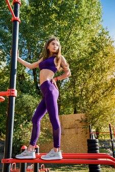 Belle femme mince en vêtements de sport de sport fait de l'exercice du matin