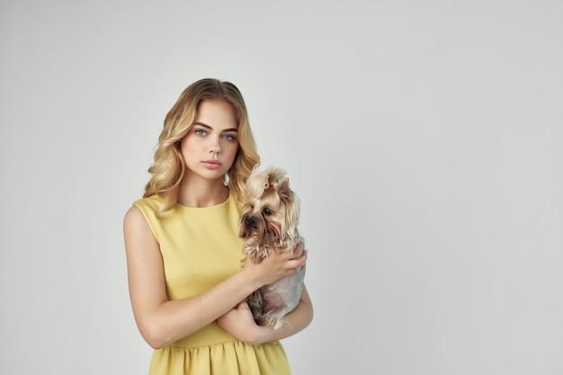 Belle femme à la mode chien de race recadrée mode vue