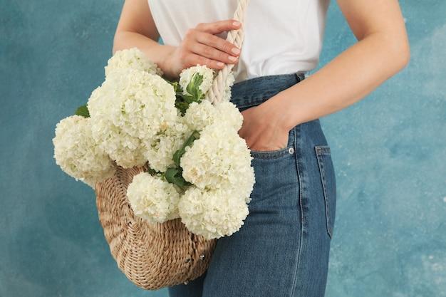 Belle femme à la mode avec des fleurs d'hortensia. plante de printemps
