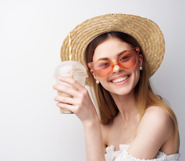Belle femme mode lunettes maquillage fond clair