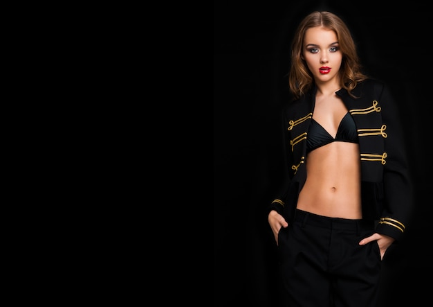Belle femme de mode portant une veste noire et or
