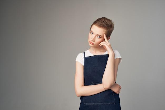 Belle femme mode vêtements look attrayant studio style de vie