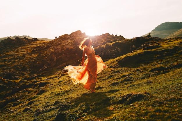 Belle femme modèle en robe de mode sur la nature art voyage bohème style liberté vie