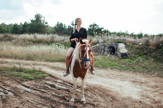 Une belle femme montant un cheval