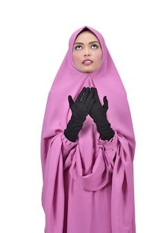 Belle femme musulmane asiatique avec hijab en prière