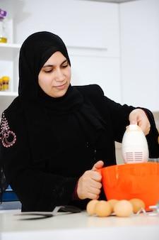Belle femme musulmane dans la cuisine
